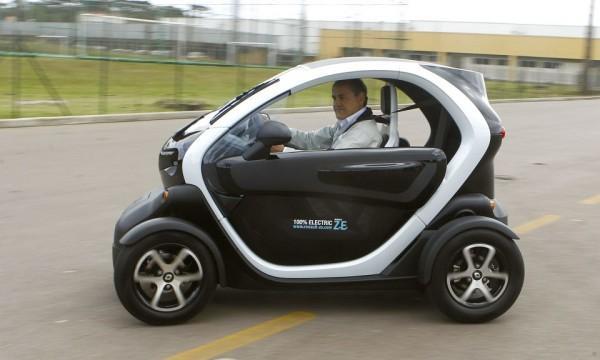 Prefeito de Curitiba conhece carros elétricos na fábrica da Renault