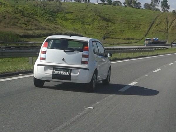 Versão duas portas do VW Up! é flagrada durante teste em rodovia no interior de São Paulo